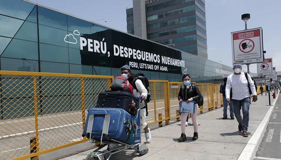 La pandemia obliga a considerar ciertos requisitos para los viajes, como la cartilla de vacunación contra el COVID-19. (Foto: GEC)
