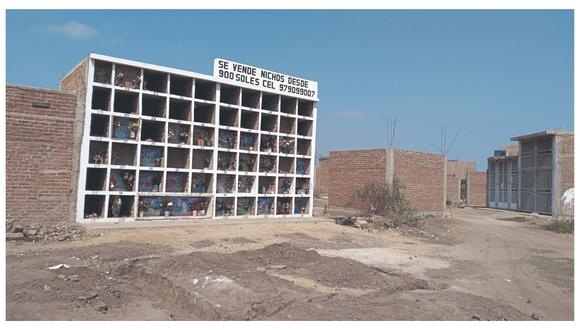 Algunas personas han construido en el panteón hasta seis pisos en un solo cuartel con 60 nichos.
