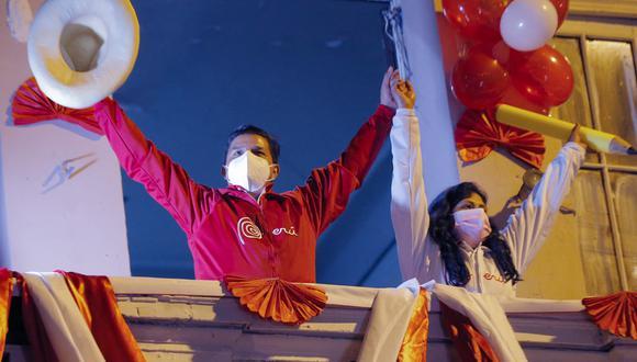 Perú Libre tendrá a 37 legisladores, que representarán a un 28,4% del total. Solo lo supera Pedro Pablo Kuczynski, que tenía a 18 parlamentarios (18% del total). Analista Alejandro Rospigliosi considera que tendrá ciertas limitaciones en términos de gobernabilidad . (Photo by Luka GONZALES / AFP)