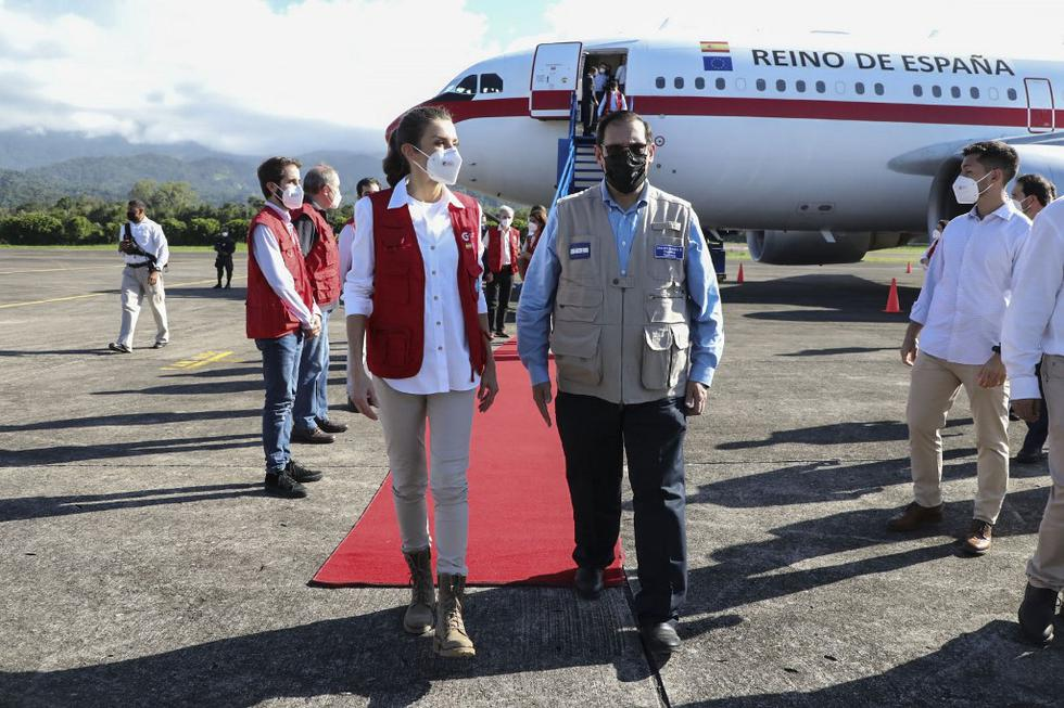 La reina Letizia de España fue recibida por el canciller hondureño Lisandro Rosales, a su llegada a la base aérea Héctor Carraccioli Moncada, en La Ceiba, departamento de Atlántida, Honduras. (Presidencia Hondureña / AFP)
