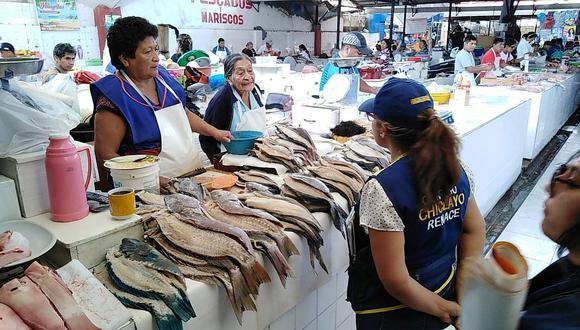Inspeccionan zona de venta de pescado en el Mercado Modelo