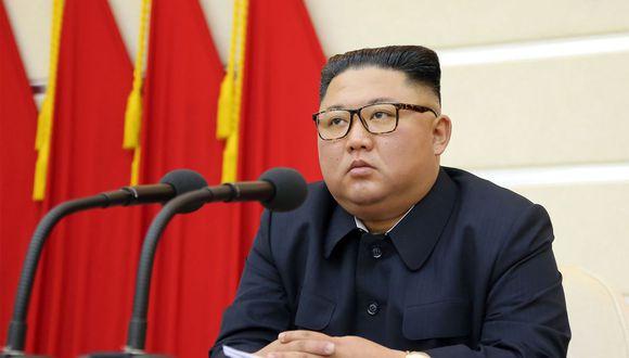 Esta imagen sin fecha publicada por la Agencia de Noticias Central Coreana (KCNA) de Corea del Norte el 29 de febrero de 2020 muestra al líder norcoreano Kim Jong-un asistiendo a una reunión del Buró Político del Comité Central del Partido de los Trabajadores de Corea. (Foto: AFP/KCNA)