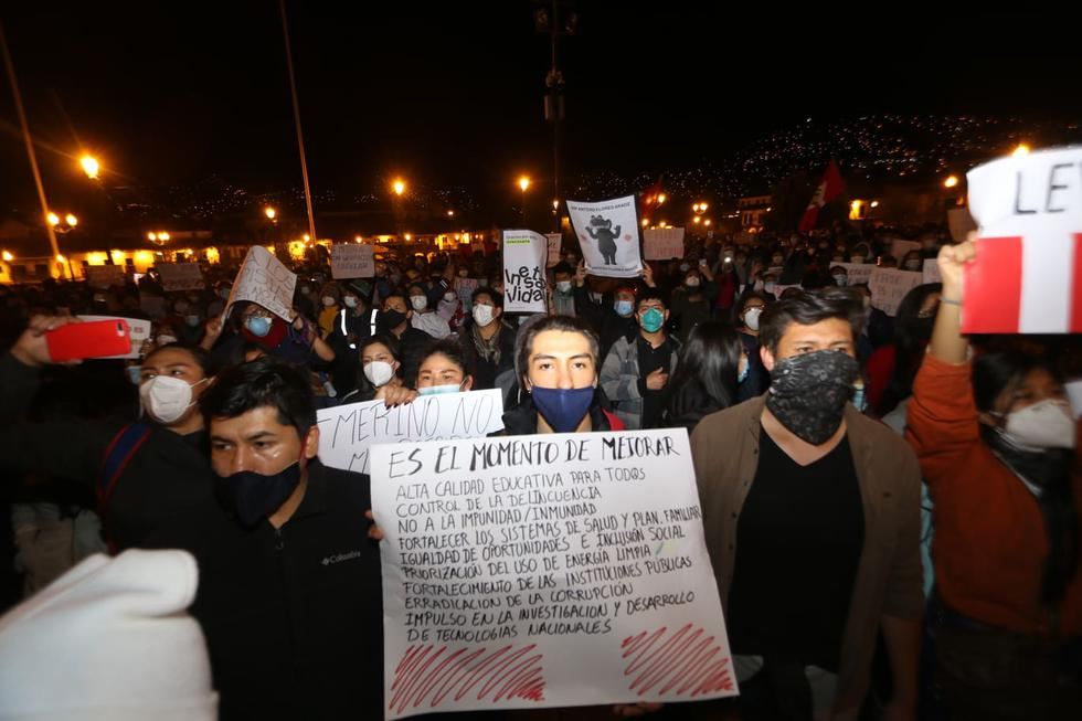 Manifiestan su disconformidad con el Congreso y nuevas autoridades. (Juan Carlos Sequeiros/ @photo.gec)