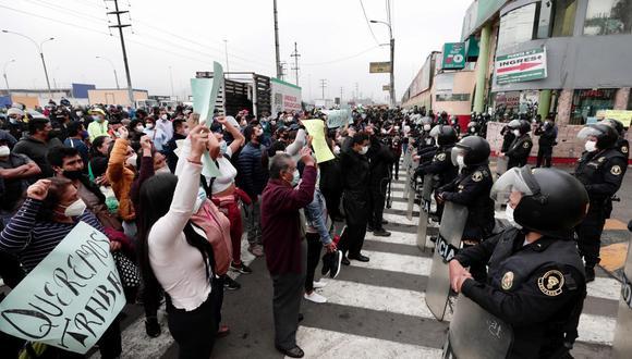 Esta mañana se reportó un enfrentamiento entre comerciantes de este establecimiento con la policía. (Foto: Ángela Ponce / GEC)