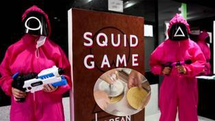 """Fans esperan varias horas para adquirir una """"Dalgona"""", dulce tradicional coreano de la serie """"El juego del calamar"""""""