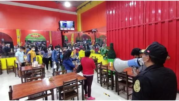 Se encontraban en varios locales de comida, mientras que otro grupo fue intervenido por realizar un fiesta durante el horario de inmovilización social obligatoria.