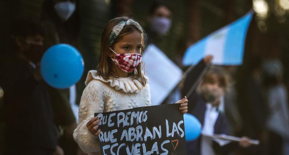 Padres y alumnos exigieron el regreso a clases presenciales, tras las medidas implementadas por el presidente Alberto Fernández para contener la segunda ola de la pandemia de coronavirus en Argentina. (EFE/Juan Ignacio Roncoroni).