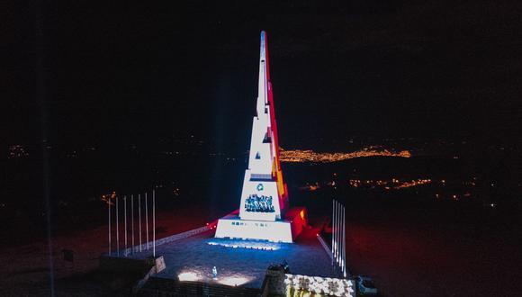 Diferentes colores resaltan monumento a la independencia del Perú
