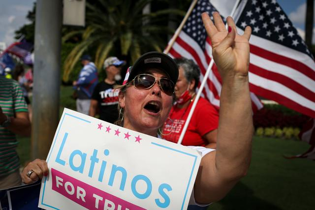 Partidarios del presidente de los Estados Unidos, Donald Trump, se manifiestan frente al evento que se realiza en  en Doral, Florida. (AFP / Marco BELLO).
