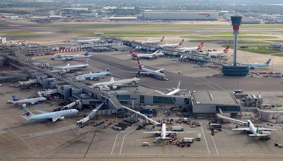 Ecologistas se encadenan en pista de aeropuertode Heathrow