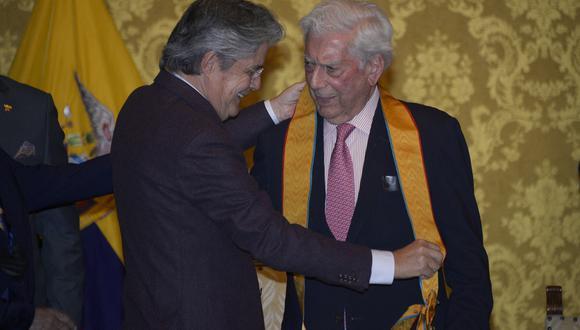El presidente ecuatoriano Guillermo Lasso honra al escritor peruano Mario Vargas Llosa con la Orden Nacional al Mérito de la Gran Cruz en el Palacio Carondelet de Quito. (Foto: RODRIGO BUENDIA / AFP)