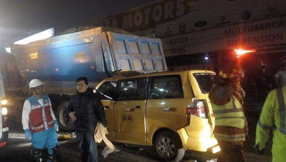 Cinco muertos deja choque de minivan contra volquete en la Panamericana Sur (FOTOS)