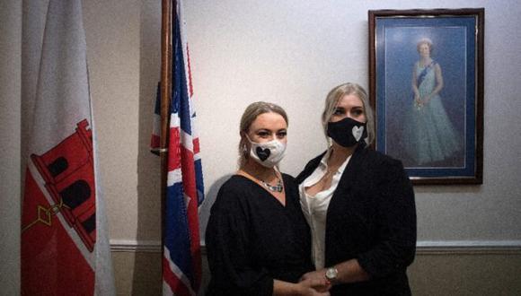 La irlandesa Sarah Ann (izq.) y su pareja británica Naomi Little en el registro civil de Gibraltar el 24 de noviembre del 2020 (Foto: AFP)