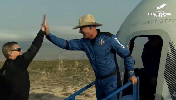 Jeff Bezos celebra después de salir de la cápsula reutilizable New Shepard que regresó del espacio y aterrizó de manera segura en Van Horn, Texas. (BLUE ORIGIN / AFP)