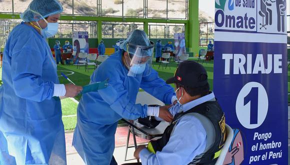 Un trabajador de Omate recibe el antígeno para estar protegido contra el coronavirus. (Foto: Difusión)