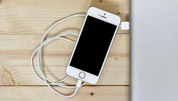 Adolescente muere electrocutada por fallas en el cargador del iPhone (FOTO)