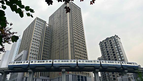 China: impresionante tren cruza condominio de 19 pisos (FOTO)