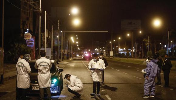 Peritos y agentes de la PNP llegaron al lugar.  Foto: Joel Alonzo/ @photo.gec