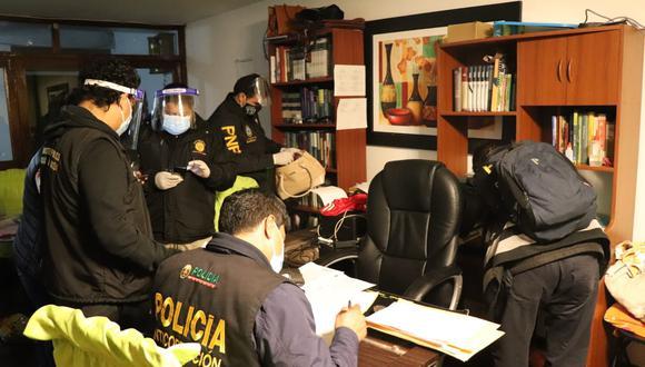 Nueve personas fueron detenidas hoy por integrar una presunta organización investigada por cobrar hasta S/ 82 mil para conseguir una cama en la Unidad de Cuidados Intensivos del Hospital Almenara (Foto: PNP)