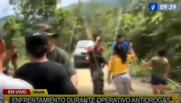Los pobladores agredieron con palos y piedras a los agentes policiales. (Captura Canal N)