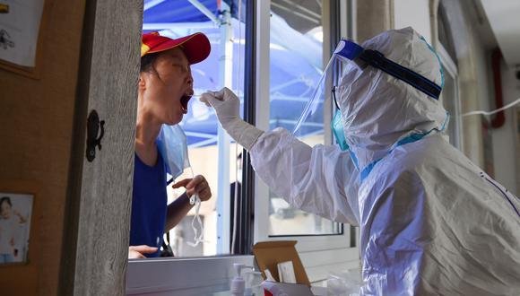 Según el Centro para el Control de Enfermedades de China, la tasa de vacunación y la experiencia acumulada en materia de prevención impedirá un rebrote a larga escala por todo el país. (Foto:  STR / AFP)