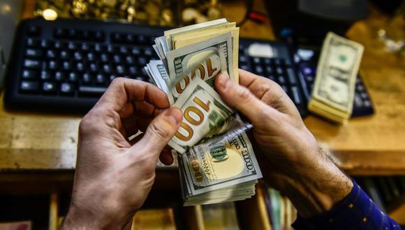 En el mercado paralelo o casas de cambio de Lima, el tipo de cambio se cotiza a S/ 4.050 la compra y S/ 4.090 la venta de cada billete verde. (Foto: AFP)