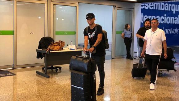 Kevin Quevedo saliendo del aeropuerto de Goiania; su padre aparece detrás. (Foto: Goiás)