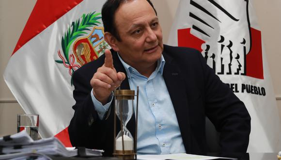 La voz del defensor del Pueblo, Walter Gutiérrez, se hizo escuchar. Y no es menor. Su postura lleva implícita una seria crítica al jefe de la Onpe, Piero Corvetto. ¿Por qué no se puede confrontar un documento público como el padrón electoral? Inadmisible. (Foto: GEC)