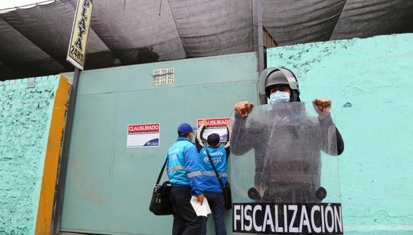 Fueron clausurados cinco establecimientos, ubicados en la cuadra 15 del Jr. Chota, que funcionaban como paraderos de taxis colectivos. (Foto: Municipalidad de Lima)