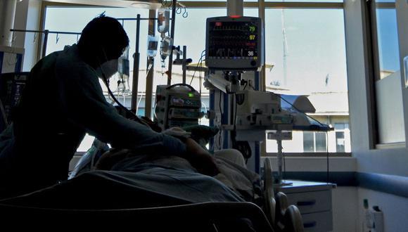 Una enfermera revisa la intubación de un paciente infectado de coronavirus COVID-19. (Foto referencial: GUILLERMO SALGADO / AFP).