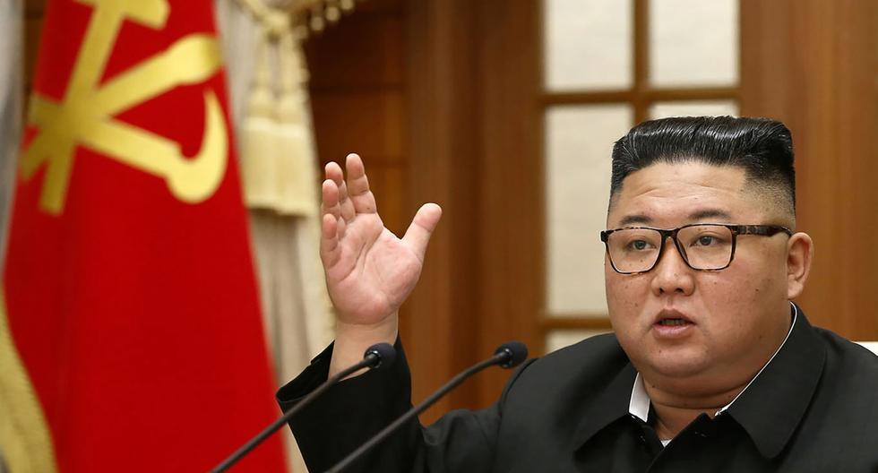 Kim Jong-un habla durante una reunión del Buró Político del Comité Central del Partido de los Trabajadores de Corea (WPK) en Pyongyang. (AFP / KCNA vía KNS / STR).