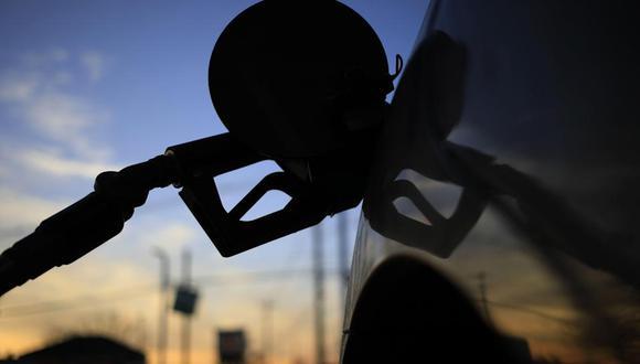 Perú importa el 75% de su consumo de combustible, que se encarece más con un dólar alto, que puede impactar en la inflación, señala especialista.