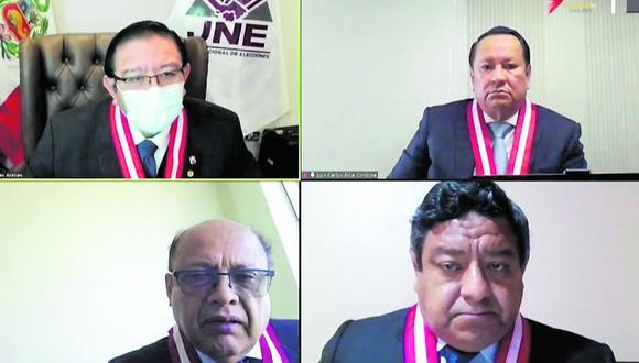 Miembros del pleno del JNE escucharon argumentos de los abogados de Perú Libre y Fuerza Popular. Tras ello, pasaron a la votación, donde desestimaron los recursos de apelación. (Foto: JNE)