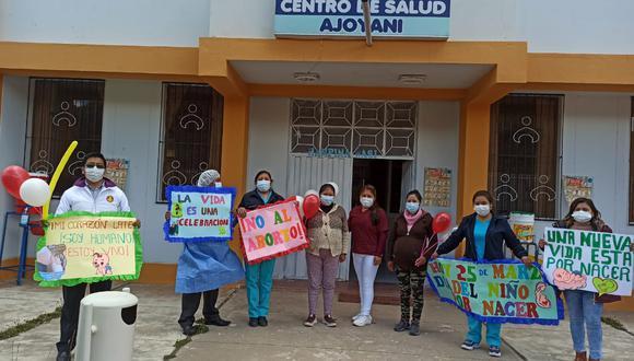 Personal de salud portando mensajes alusivos al día de la celebración. (Foto: Juan Choquetocro)