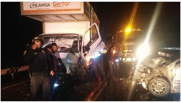 Lluvia provoca choque de auto con furgón y deja cinco heridos (FOTOS)