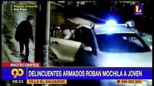 Villa El Salvador: Delincuentes en auto encañonan y roban mochila a joven (VIDEO)