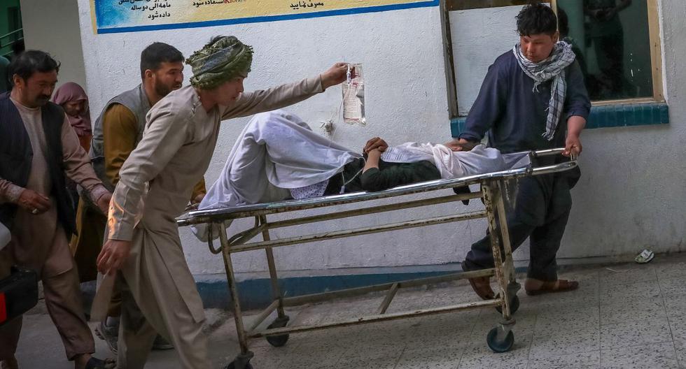 Personas llevan a una niña herida a un hospital tras una explosión en Kabul, Afganistán, 8 de mayo de 2021. (EFE/EPA/HEDAYATULLAH AMID).