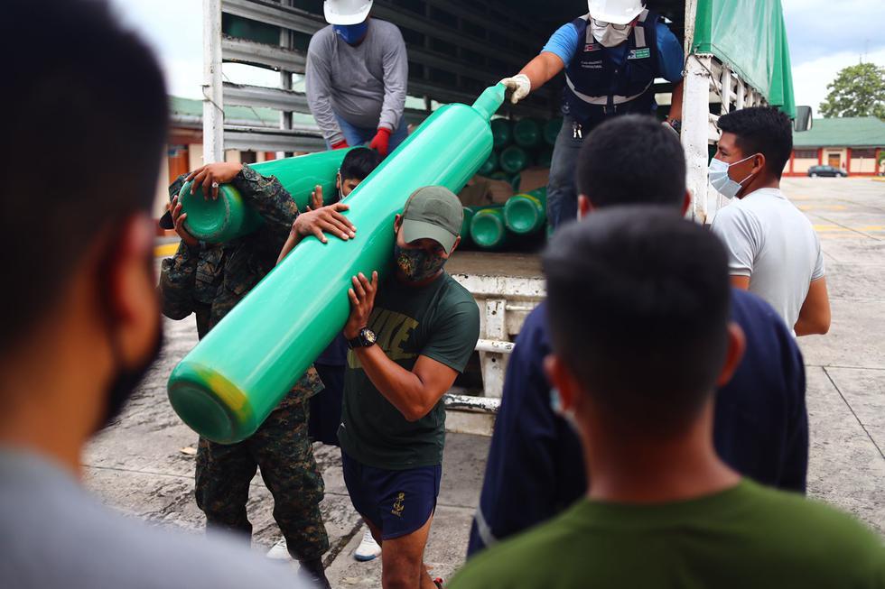 Ciudadanos se alistan para cargar balones del oxígeno medicinal. Foto : Hugo Curotto / @photo.gec