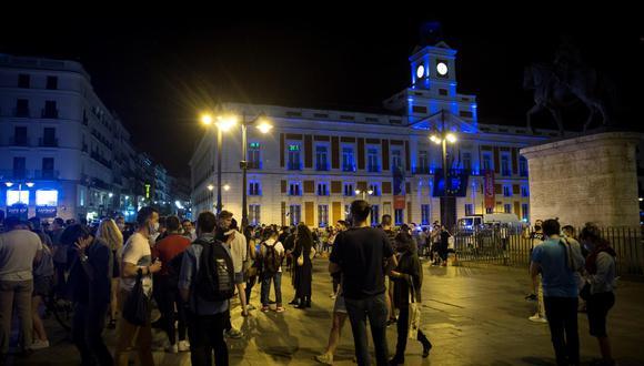 Así era el ambiente en la Puerta del Sol de Madrid tras el fin del estado de alarma en España. (EFE/Luca Piergiovanni)