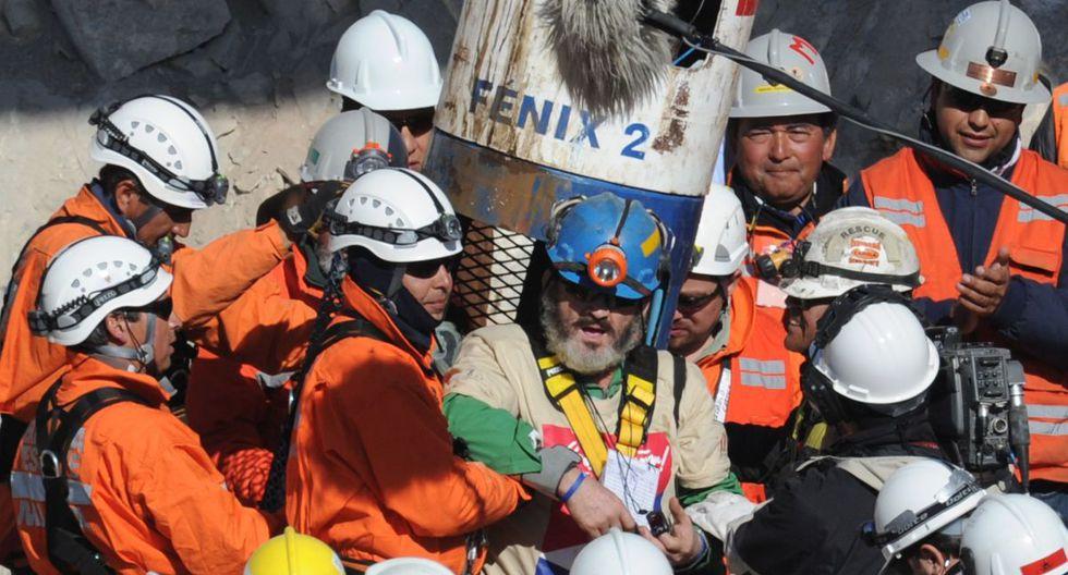 En esta foto de archivo tomada el 13 de octubre de 2010, el minero chileno Jorge Galleguillos al salir de la cápsula Fénix después de ser llevado a la superficie en el undécimo lugar. (AFP/Rodrigo ARANGUA).