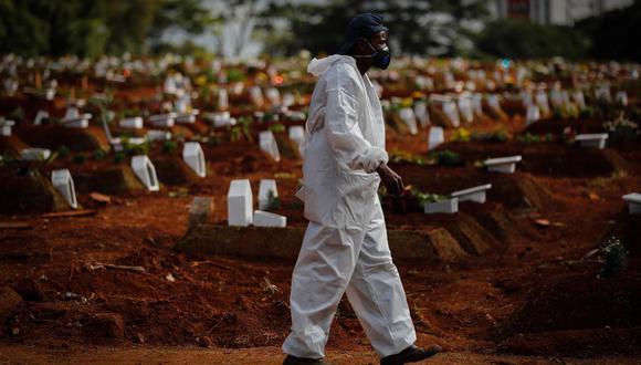 El número de muertes viene cayendo lenta y progresivamente desde que alcanzó su pico, el pasado 12 de abril, y actualmente Brasil tiene una media diaria de 1.639 fallecidos en los últimos 7 días. (Foto: EFE/Fernando Bizerra Jr.)