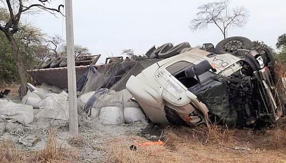 Camión cargado de cemento se despista en la vía hacia Chulucanas