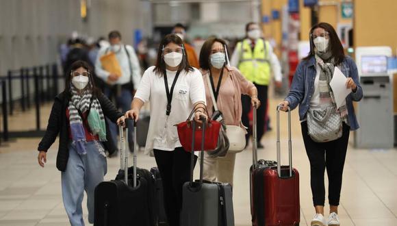 Viajeros se dirigen a tomar sus vuelos en el aeropuerto internacional Jorge Chávez en Lima, Perú. (EFE/ Paolo Aguilar).