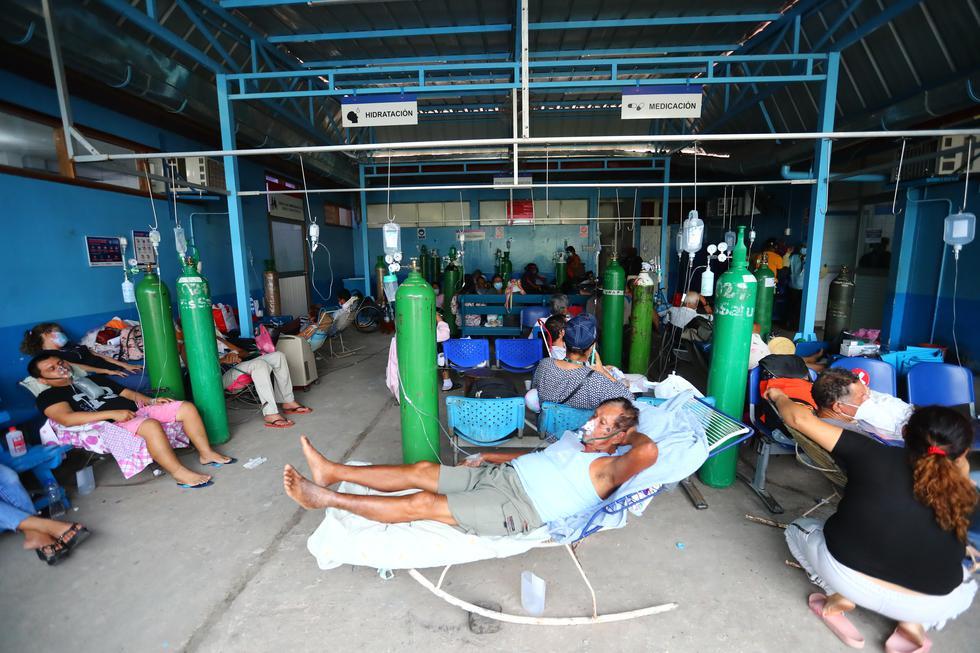 Ante el colapso del sistema sanitario, pacientes con COVID-19 son atendidos en salas de espera del Hospital III Iquitos de EsSalud, mientras permanecen conectados a balones de oxígeno. (Foto: Hugo Curotto / GEC)