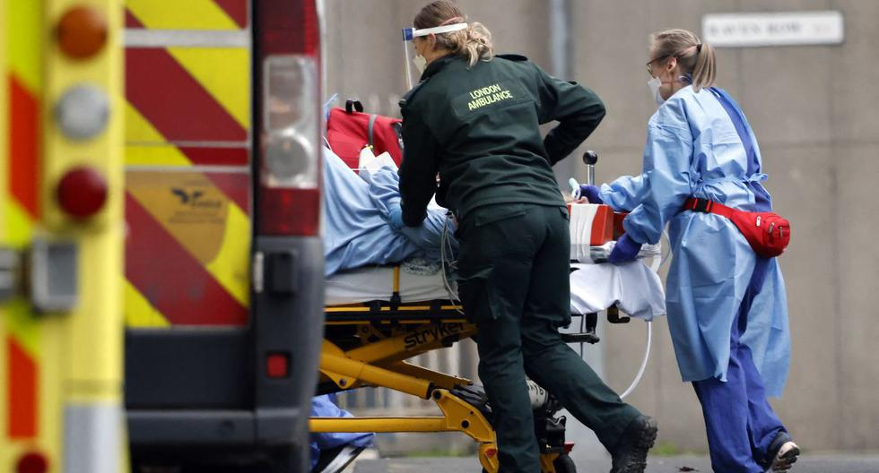 Un paciente es llevado en ambulancia en el Royal Free Hospital de Londres el 11 de enero de 2021, en medio de la pandemia de coronavirus. (Foto de Tolga Akmen / AFP).