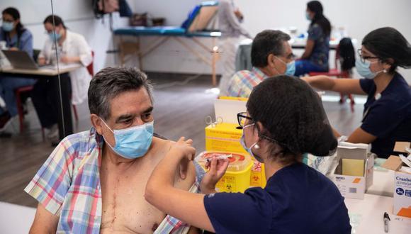 Una enfermera le administra una vacuna del laboratorio chino Sinovac a una persona en un centro de Salud, en Santiago. (EFE/ Alberto Valdés).