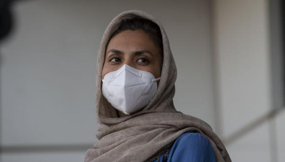 La profesora universitaria afgana Zainab Momeny, quien llega a Chile como refugiada, es fotografiada a su llegada al aeropuerto de Santiago el 10 de septiembre de 2021. (Martin BERNETTI / AFP).