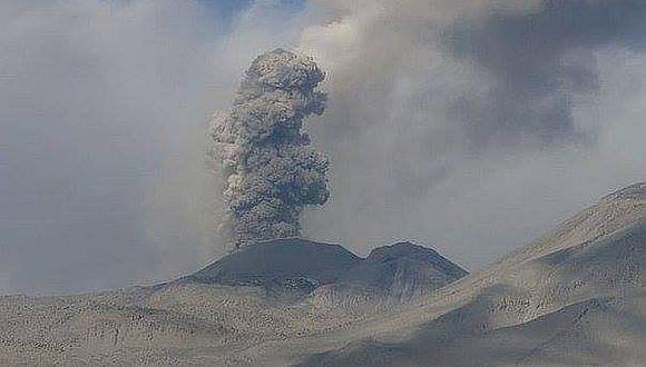 El volcán Sabancaya, el único en actividad eruptiva en el Perú tiene una explosión moderada