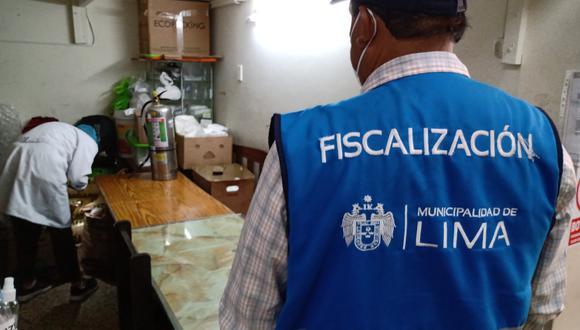 Los especialistas examinaron con lupa cada rincón de las cocinas de las cebicherías y encontraron excremento de roedores y cucarachas por lo que clausuraron los locales. (Municipalidad de Lima)