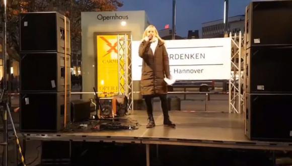 Negacionista del COVID-19 pronunciaba un discurso en Hannover cuando se comparó con con Sophie Scholl, víctima del nazismo. (Imagen: captura de video).